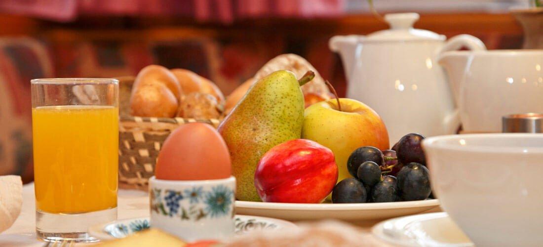Morgens wartet ein Frühstückskorb auf Sie